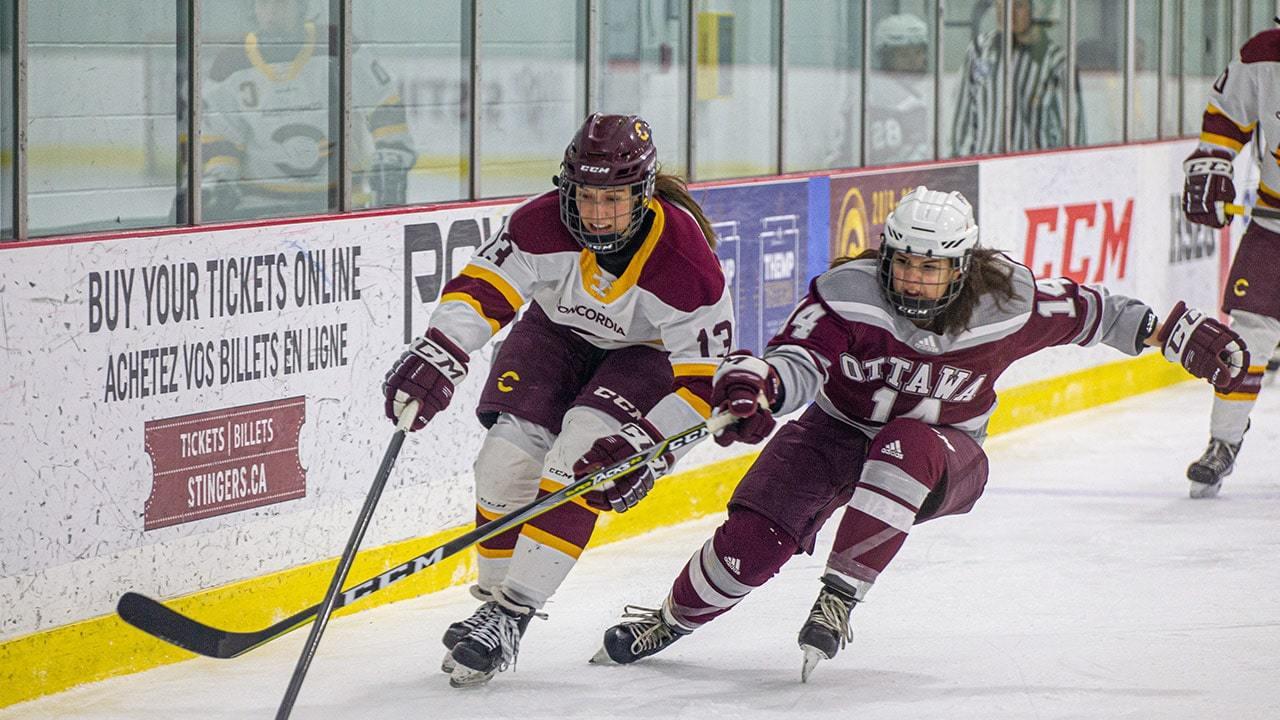 Deux joueuses de hockey qui patinent