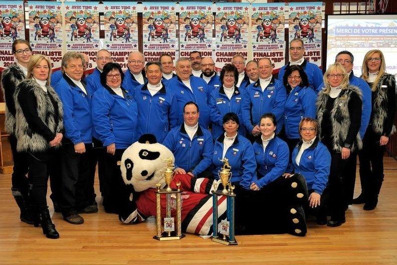 L'équipe du tournoi atome de Saint-Jérôme avec la célèbre mascotte Tomi.
