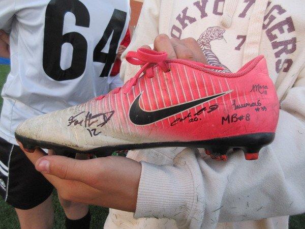 Les jeunes Julivinoises étaient extrêmement contentes de pouvoir faire signer leur maillot et leur soulier par les joueuses du FC Sélect.