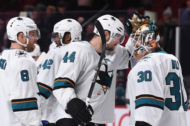 Marc-Édouard Vlasic (44) et Aaron Dell (30) ont aidé les Sharks à vaincre le Canadien, mardi. (Getty)