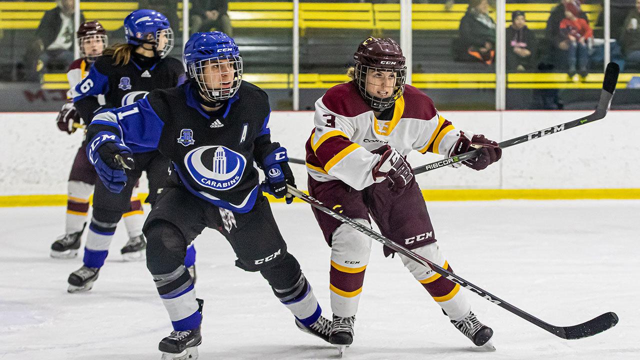 Deux filles d'équipes opposées qui jouent au hockey