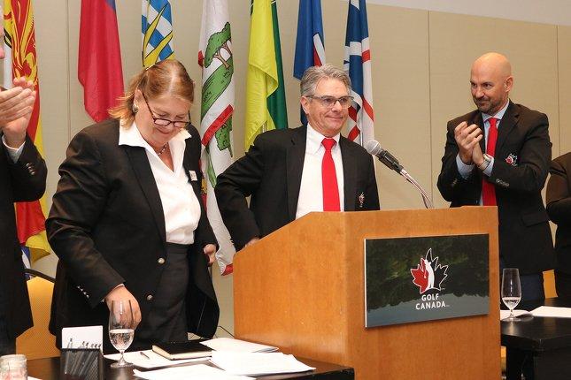 Leslie Dunning, présidente sortante, Charlie Beaulieu, nouveau président, et Laurence Applebaum, chef de la direction de Golf Canada.