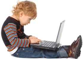 Enfant avec un ordinateur