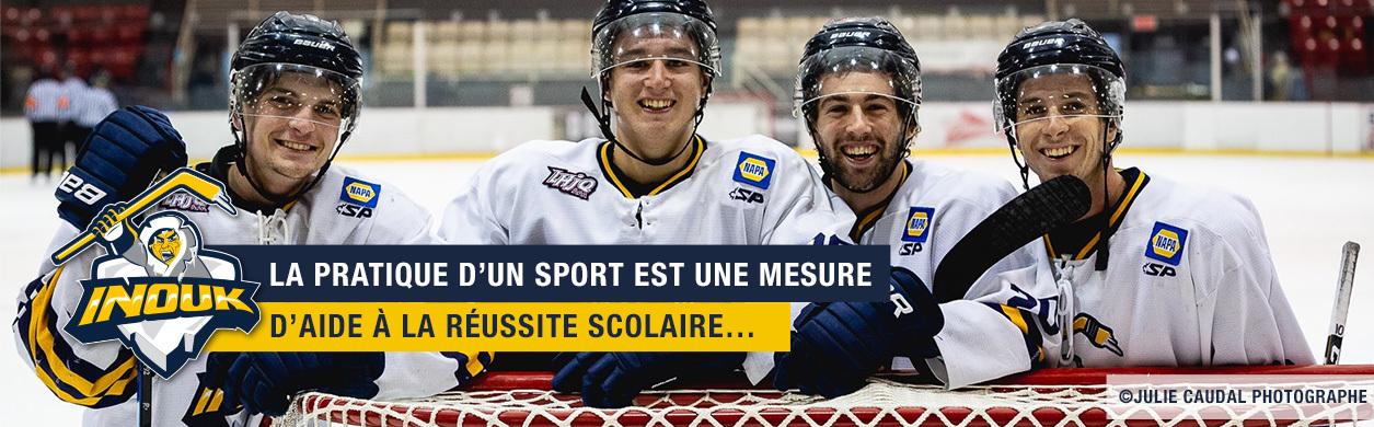 Quatre joueurs de hockey souriants