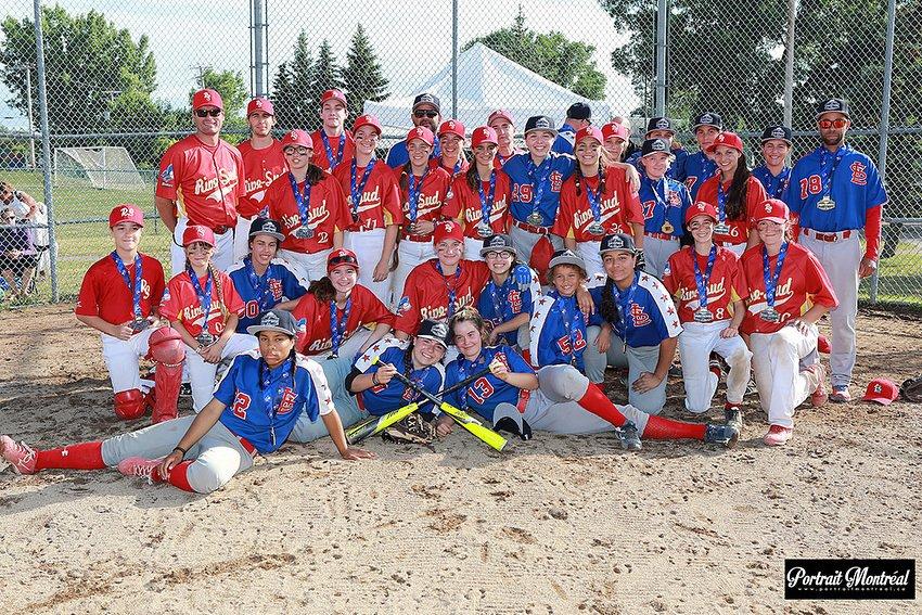 Les médaillées d'or Moustique (Québec), accompagnées des médaillées d'argent (Estrie)