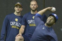 Photo ci-dessus : L'entraîneur-chef des Capitales, Patrick Scalabrini et l'entraîneur des lanceurs, Karl Gélinas, observaient, lundi, le personnel d'artilleurs totalement renouvelé de l'équipe. (Le Soleil, Yan Doublet)