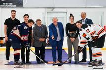 Sur la photo de gauche à droite, l'attaquant Pierre-Luc Dubois, un ancien des Albatros du Collège Notre-Dame et maintenant avec les Jets de Winnipeg, est accompagné par l'attaquant Rafaël Harvey-Pinard, ancien des Élites de Jonquière et maintenant avec le Rocket de Laval, le président de Hockey Québec, M. Yve Sigouin, le président de la Ligue de développement du hockey M18 AAA du Québec, M. Yanick Lévesque, la gardienne de but et ancienne du Phénix du Collège Esther-Blondin, Ève Gascon et le président du Phénix du Collège Esther-Blondin, M. Mario Piacente. (Crédit Photo : Laurent Corbeil)
