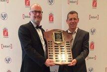 Ron Weiser, président de la FPVQ, a reçu les plaques pour la meilleure province en courte piste et en longue piste. — Photo PVC