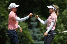 Alena Sharp et Brooke M. Henderson se félicitent pour leur plus récent résultat. (Getty)