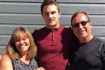 Photo ci-dessus : Jonathan Lacroix (au centre) est entouré par Anne Gagné et Gilles Tremblay, ses parents d'accueil.