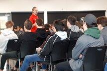 L'entraîneur-chef des Vikings de St-Eustache, M. Alexandre Gagnon, s'adresser aux jeunes hockeyeurs de la structure