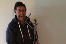 Photo : Courtoisie Légende : M. Alain Dumas avec le nouveau trophée qui porte son nom.