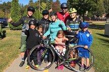 Cycliste professionelle, Lex Albrecht avec l'équipe gagnante du Défi actif de Suncor au profit de Centraide.
