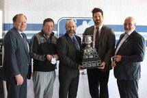 Paul Ménard, directeur général Hockey Québec; Pascal Dufresne, président d'honneur régional; Éric Turcotte, coordonnateur du comité organisateur régional; Alexandre St-Vincent, président honoraire représentant Fiat Chrysler Automobiles; Nicolas Minville, président Hockey Québec.