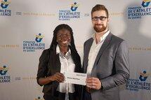 Donna Ntambue reçoit sa bourse des mains de Christophe Bernier
