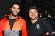 Abraham Toro en compagnie de Patrick D'Aoust, entraîneur au programme de baseball et co-propriétaire de Grand Chelem - Centre de balle