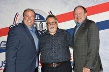 Le président Yanick Lévesque est accompagné de MM. Yve Sigouin et Paul Ménard, respectivement président et directeur général de Hockey Québec. (Photo Robert Vallée)  ont procédé au dévoilement du visuel de la Campagne «Je garde mon sport en santé», en compagnie d'Anthony Beauvillier.