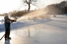 Dès le 14 décembre, l'anneau de glace des plaines d'Abraham permettra aux patineurs longues lames de s'entraîner en plein air lors des séances selon l'horaire leur étant réservées. — Photo archive Le Soleil