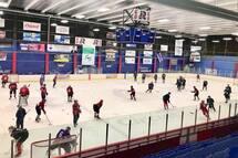 Les joueurs sur la glace lors du camp d'entraînement
