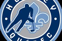 Hockey Québec cesse toutes ses activités de hockey mineur      (Montréal, Qc), le jeudi 12 mars 2020 – Afin d'assurer la santé et sécurité de tous ses membres, Hockey Québec cesse toutes ses activités de hockey mineur à compter de 00h00 (minuit) ce vendredi 13 mars 2020.     « Cette décision fut prise afin de protéger et maintenir la sécurité de tous nos membres; joueuses, joueurs, entraîneur(e)s, bénévoles, officiel(le)s et spectateurs. Afin de réduire la propagation du COVID-19, en cette période de l'année très achalandée dans nos arénas du Québec, nous ne pouvons assurer le taux de personnes présentes [restreint à 250 personnes] dans chaque infrastructure (aréna, complexe, etc.) québécois. Lorsqu'il est question de santé et sécurité, nous ne pouvons prendre aucune chance », affirme le directeur général de Hockey Québec, Paul Ménard.     Cette décision s'applique à toutes les ligues provinciales, régionales et scolaires et implique toute activité de hockey mineur organisée et fédérée. Ainsi, les championnats provinciaux, interrégionaux et régionaux, de même que les matchs, tournois et toutes activités organisées fédérées (Gala par exemple) de la présente saison (2019-2020) sont annulés.     La Fédération demande à la population et ses membres de se conformer aux restrictions et mesures d'hygiène formulées par le gouvernement et vous invite à communiquer avec votre directeur de la santé publique régional pour toutes questions à ce sujet.       Championnats provinciaux reportés en 2021 Hockey Québec annonce que les championnats provinciaux, initialement prévus dans les cinq régions (Estrie – Féminin; Bas-St-Laurent, Côte-Nord, Gaspésie-les-Îles et Saguenay-Lac-St-Jean – Masculin), seront disputés l'an prochain dans ces mêmes régions; décalant les lieux des éditions à venir d'une saison.