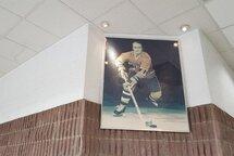 Photo de Jacques Lemaire affichée à l'entrée principale de l'aréna