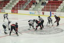 Mise au jeu du match de dimanche, à l'aréna Régional Rivière-du-Nord.