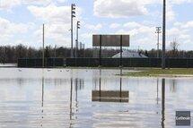 Photo ci-dessus : Le domicile du parc Sanscartier du Hull-Volant était toujours enseveli d'eau vendredi. Il est peu probable qu'il soit prêt pour le lancement de la saison locale prévue le 20 mai. (Photo : Patrick Woodbury, Le Droit)