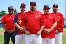 Photo ci-dessus : L'entraîneur-chef des Cardinals de LaSalle Maxime Cérat (au centre) est entouré par le directeur général Milton Lopez de même que les adjoints Frédérick Fauteux, Eric Infante et Anthony Forbes.Photo Courtoisie / Cardinals de LaSalle