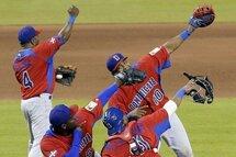 Photo ci-dessus : Les Dominicains célèbrent leur victoire contre les États-Unis en deuxième ronde de la Classique mondiale de baseball en mars 2013. La République dominicaine amorcera la défense de son titre en croisant le fer avec le Canada, le 9 mars, à Miami. (Photo : Archives AP)