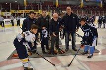 Sur la photo, nous retrouvons: Allen Morissette, Dominic Savard, responsable hockey de développement (Les Nord-Côtiers), Jean-Philippe Simard, directeur technique Les Nord-Côtiers