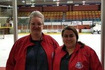 Sophie Trudel (gauche) et Stéphanie Lallemand, les deux registraires de la coupe Dodge Pee-Wee AA à Longueuil.