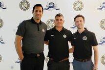 Le nouvel entraineur-chef Maxime Desruisseaux et son adjoint Arnaud Dubé posent avec le DG Simon Tremblay.