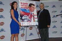 Madame Marie-Hélène Cliche, directrice des communications corporatives et Web La Coop, et Monsieur Denis Baillairgé, président de la LHMAAAQ, ont dévoilé l'affiche promitionnelle de la campagne 2016.