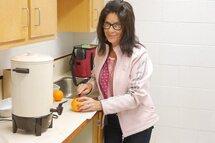 Monique Michaud prépare les oranges pour les participantes à la Coupe Dodge en se rappelant l'époque où sa fille Sarah Vaillancourt jouait au hockey mineur à Sherbrooke.