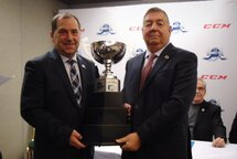 Robert Lalonde, vice-président de la Ligue de hockey midget AAA du Québec, et Alain Régnier, vice-président de Hockey Québec.