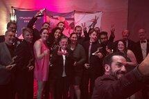 Charles Hamelin se prend en photo avec les 16 gagnants du Gala Méritas FPVQ 2018!
