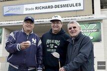 L'organisateur du tournoi de golf annuel des Voyageurs, Gaétan Girard, est entouré des présidents d'honneur Jacques Desmeules et Serge Cloutier. (Photo : Le Quotidien, Jeannot Lévesque)