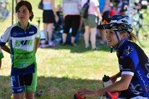 Lex Albrecht au Grand Prix Cycliste Gatineau jase avec des jeunes athlètes de l'Équipe Vélo Mauricie après sa compétition.