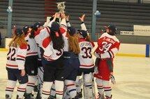 Les Wings du Lac St-Louis avaient de quoi célébrer après leur victoire de 4-0 sur les Patriotes du Richelieu en finale bantam B. (Photo Claude Vaillancourt)