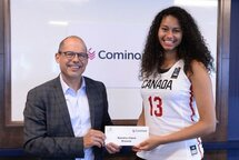 Kiandra-Claire Browne a reçu sa bourse des mains de Sylvain Cossette, président et chef de la direction de Cominar