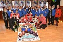 Le comité organisateur du Tournoi provincial hockey atome de la Ville de Saint-Jérôme, les partenaires, ainsi que de jeunes joueurs des Lions.  ©TC Media – Michel Chartrand