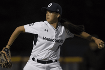Photo ci-dessus : Claire Eccles throws a pitch for the Victoria HarbourCats of the West Coast League, a collegiate summer baseball league, during a game against the Wenatchee AppleSox at Royal Athletic Park in Victoria on Wednesday. (Photo : RICH LAM / THE PROVINCE)