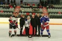 Sur la photo, Raphaël Sawyer, Dominic Marchand (co-propriétaire), Luc Thériault (député fédéral), Benoît Ricard, Martin Bouchard (co-propriétaire), Jonathan Ouellet