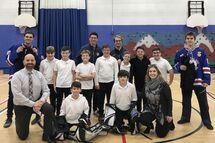 Les joueurs et membre du personnel des Rangers en compagnie d'étudiants et membre du personnel de LVDA
