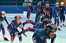 L'entraîneur du mois, Jonathan Perez-Audy, en action avec les patineurs du CRCP-Laval.