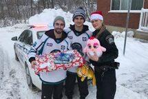 Des policiers et des joueurs des Panthères ont participé à la tournée de remise de cadeaux.  ©Photo : courtoisie