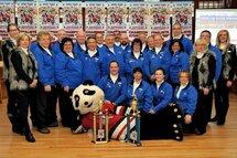 L'équipe du tournoi atome de Saint-Jérôme avec la célèbre mascotte Tomi. ©TC Media - Claudie Demers