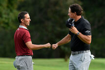 Mike Weir et Phil Mickelson (Getty)