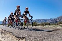 L'équipe professionnelle Optum Pro Cycling présentée par Kelly Benefit Stratégies sur la route au camp d'entrainement à Borrego Springs.  Lex Albrecht roule dans le desert pour la première fois avec son vélo de route Diamondback