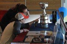 Des partisanes avec la Coupe Clarkson, remportée par les Canadiennes de Montréal lors des dernières séries de la LCHF